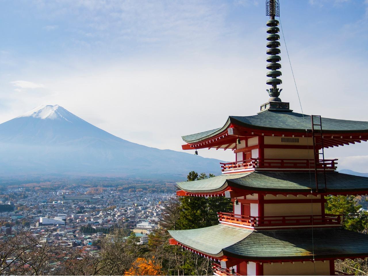 新倉山浅間公園の忠霊塔と富士山