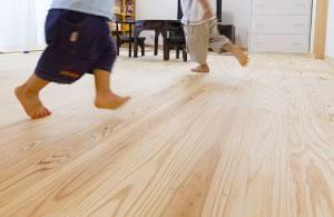 ナチュラビータ杉浮造りの床