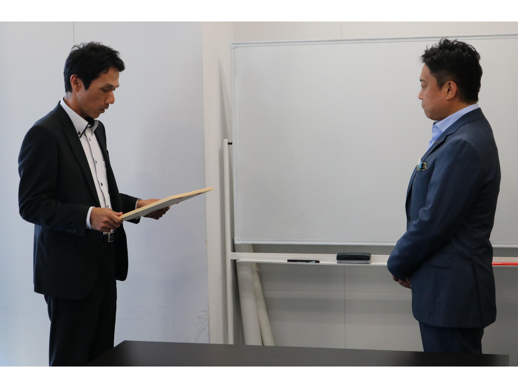 早崎本部長様と弊社代表の金子