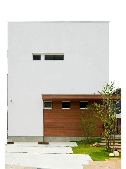光と風を取り込んだ家族が集まるダイニングリビング。家族に優しい素材にこだわった白壁と木が似合うナチュラルモダンな家