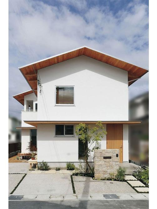 『自然素材と無垢の木』に囲まれたみんなが集まる大好きなダイニング。4寸勾配屋根と白い塗壁の周囲の街並みとも調和する優しい佇まいのナチュラルモダンな家