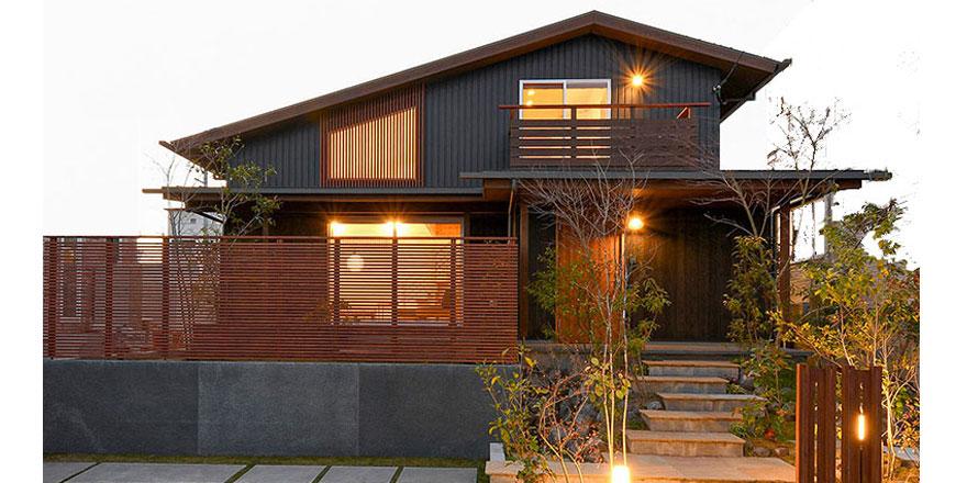 自然素材、天然無垢材の素材の良さを十分に引き出した、美しい室内空間と美しい外観デザインへのこだわりを 大切にする。敷地をきちんと読み解き、光と風もデザインすること。そこには、見た目のデザイン性だけに偏ることなく、美しさと心地よさ、住みやすさを兼ね備え、道路から見える我が家の佇まいまでをデザインする。